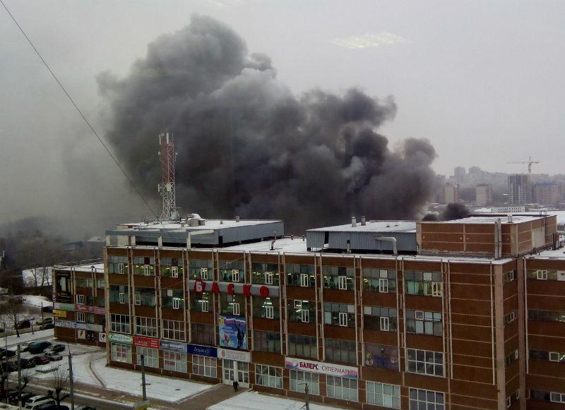 .В Кирове произошел сильный пожар на складе за торговым центром «Баско»