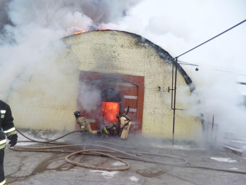 В Кирове произошел сильный пожар на складе за торговым центром «Баско»