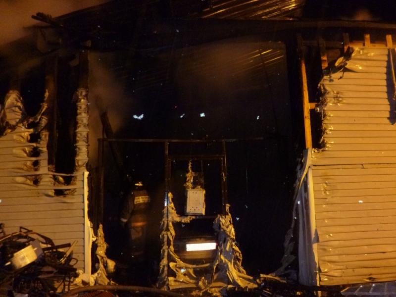 В Захарищево сгорел дом, гараж и две машины