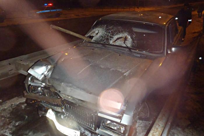 На улице Луганской «Волга» врезалась в дорожное ограждение