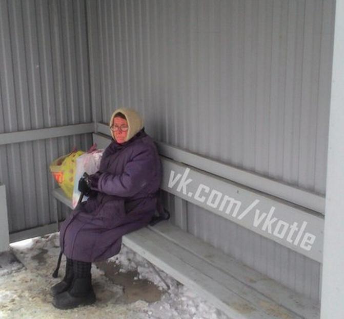 В Котельниче пожилая женщина месяц жила на остановке