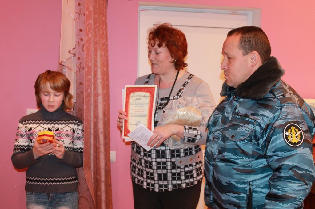 Теплые вещи, связанные осужденными ИК-33 УФСИН России по Кировской области, были переданы воспитанникам детского дома