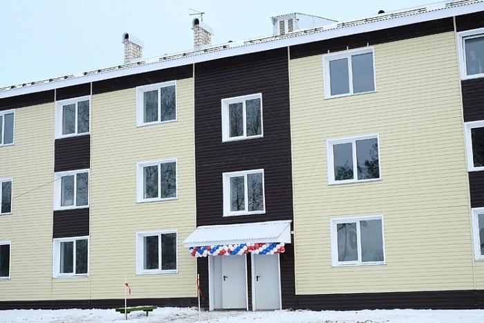 В Кумёнах дети-сироты получили ключи от 20 квартир в новом доме