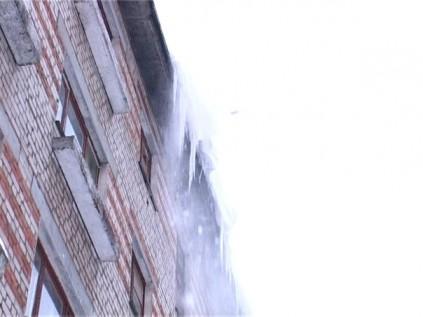 В Кировской области на женщину упала глыба льда. Пострадавшую госпитализировали в больницу