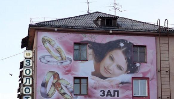 На домах в Кирове станет гораздо меньше рекламы