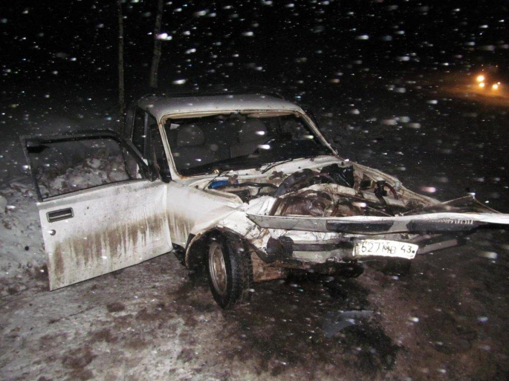 В Куменском районе ВАЗ вылетел на встречку и врезался в «Mitsubishi»
