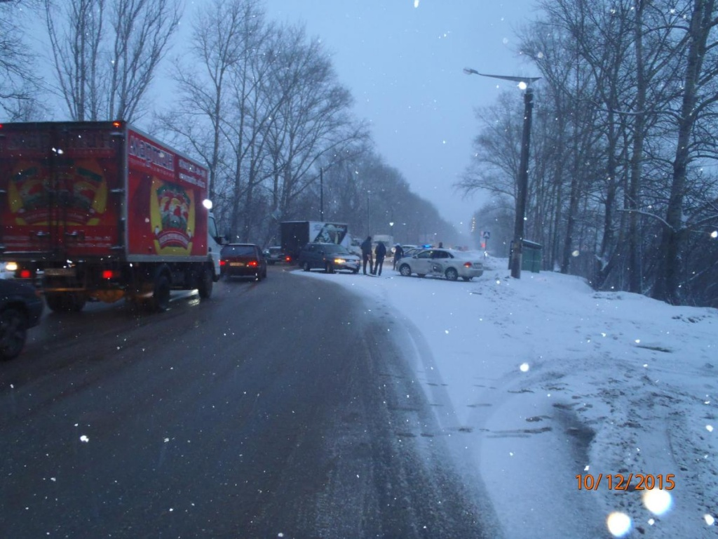 На дамбе в Макарье автоледи на иномарке врезалась в ВАЗ-211140