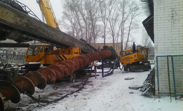 В Кирове на Комсомольской упала бурильная установка