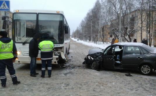 В Кирове «Гранта» врезалась в автобус: трое пострадавших