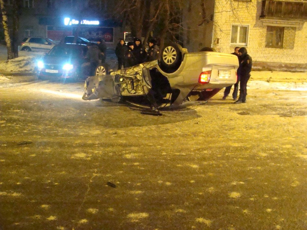 В Кирове «Шевроле» врезался в столб и перевернулся, есть пострадавшие