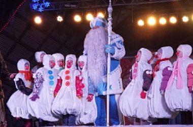 Восемь метров синего бархата ушло на создание костюма кировского Деда Мороза