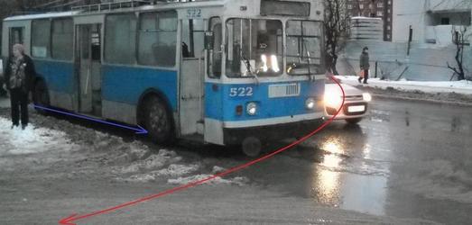 На Щорса автоледи на иномарке подрезала троллейбус: пострадал пассажир