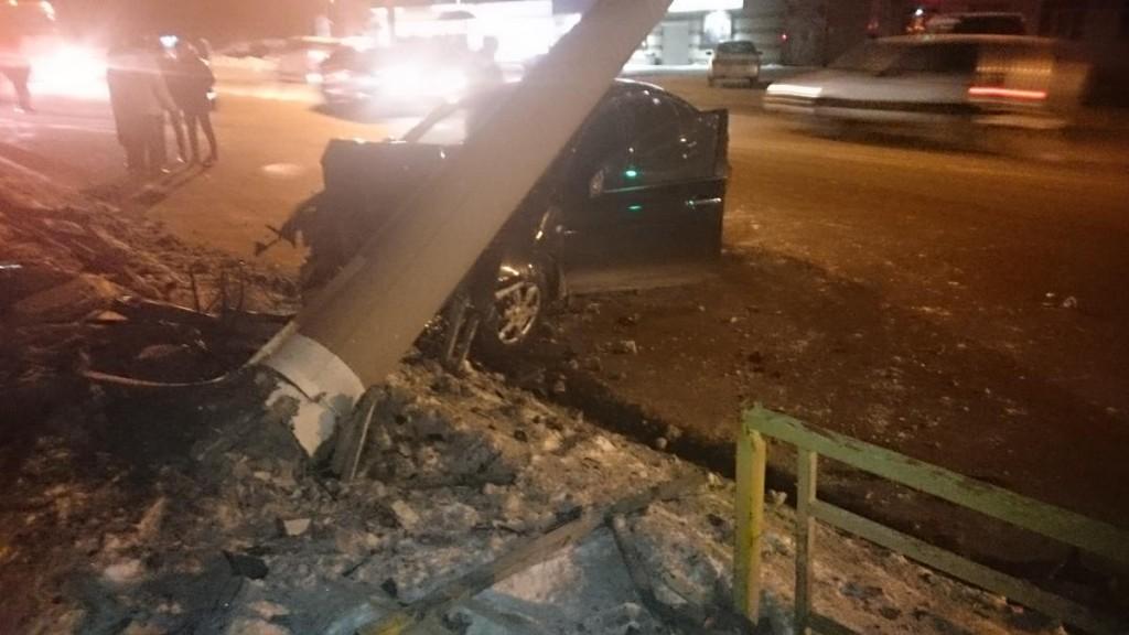 В Кирове студент на «Ниссане» врезался в столб