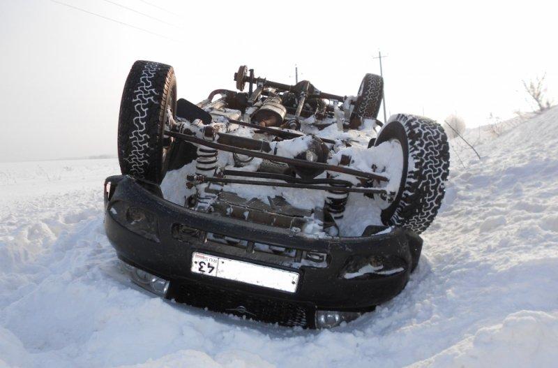 В Кировской области «УАЗ-Патриот» перевернулся на трассе