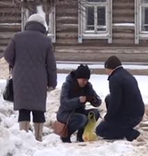 Видео: в Вятских Полянах девушка чудом избежала травм под колесами «Чери»