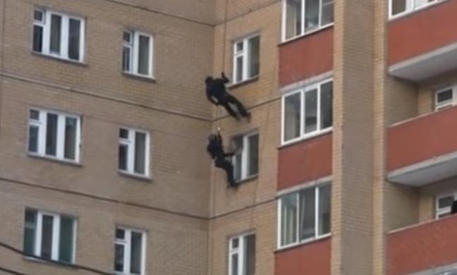 В Кирове бойцы СОБРа штурмовали наркопритон через окно