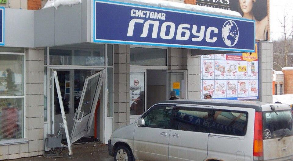 В Кирово-Чепецке иномарка протаранила двери магазина