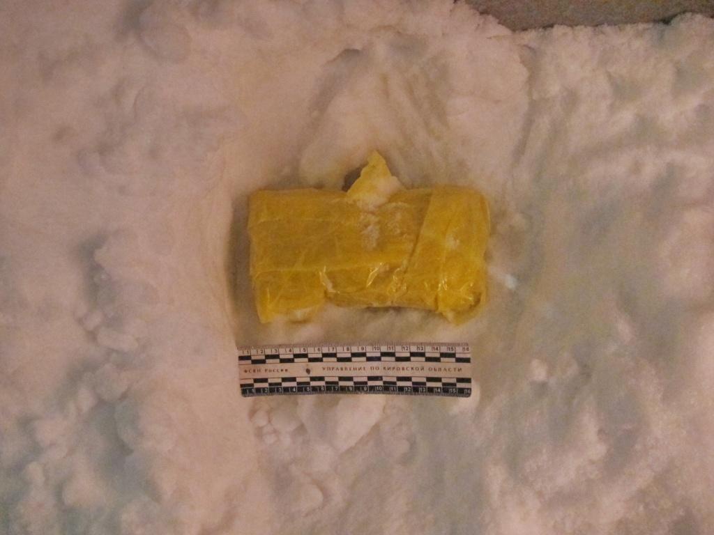 Сотрудники наркоконтроля откопали в снегу закладку со спайсом