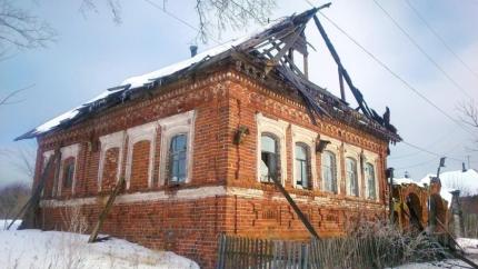 В Уржумском районе жители деревни всем миром спасали горящий дом