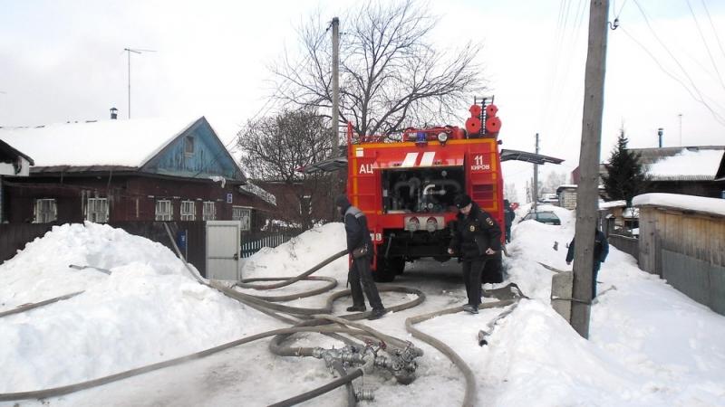 Пожарные спасли из горящего дома семью с тремя малолетними детьми