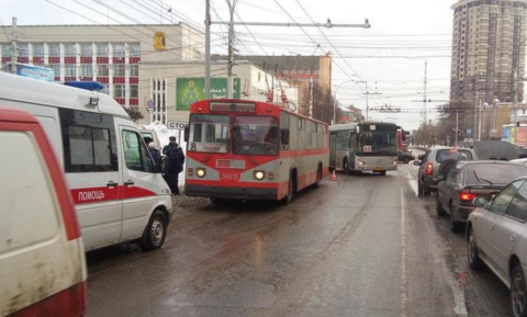 В Кирове при падении в троллейбусе пострадала женщина