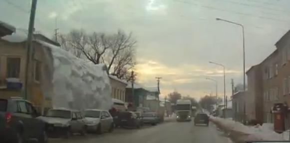 В Яранске огромная глыба снега с крыши едва не засыпала прохожих