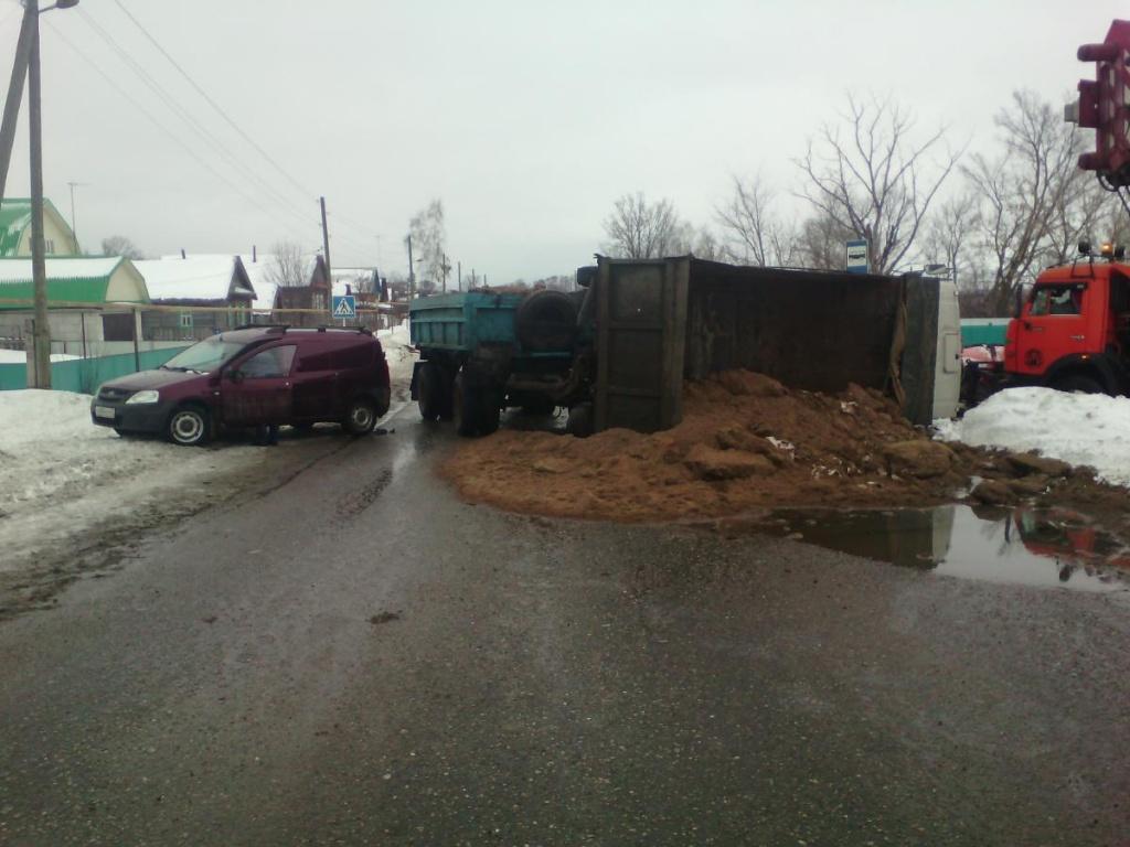 В Малмыжском районе КАМАЗ опрокинулся после столкновения с «Ладой»