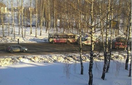 В Нововятске автобус придавил водителя во время ремонта