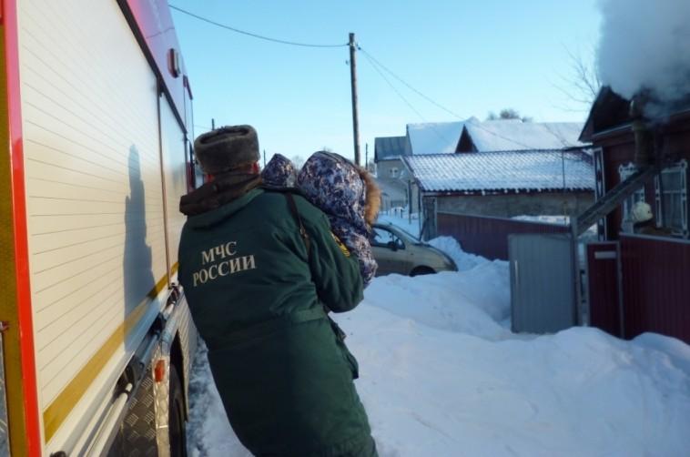В Кирове спасатели вытащили ребенка из горящего дома