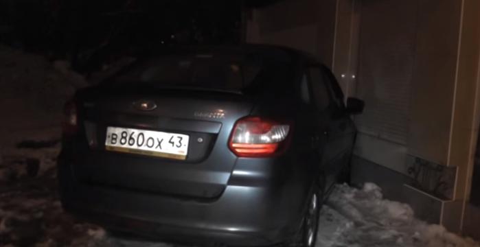 В Кирове пьяная автоледи, скрываясь от ГИБДД, врезалась в жилой дом