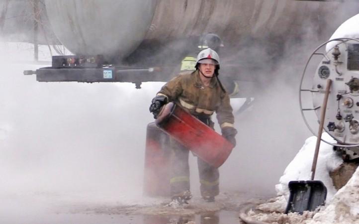 На улице Романа Ердякова горел склад с газовыми баллонами