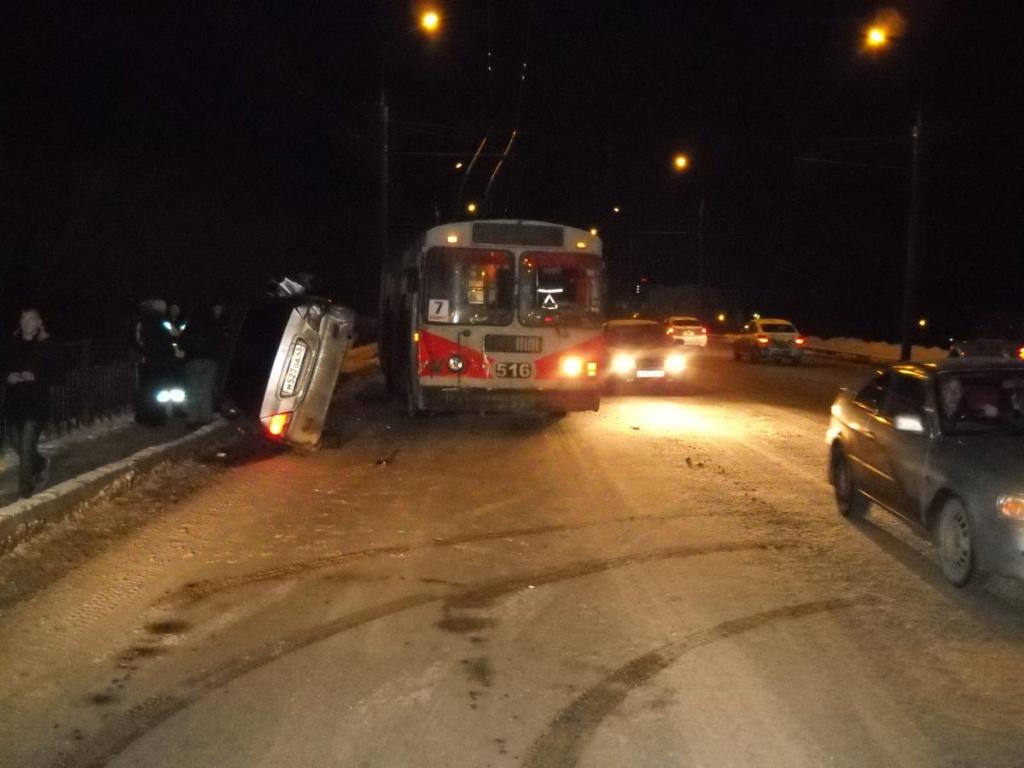 В Кирове после столкновения с троллейбусом перевернулась иномарка
