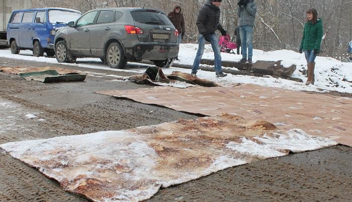 В Нововятске ямы на дороге застелили старыми коврами