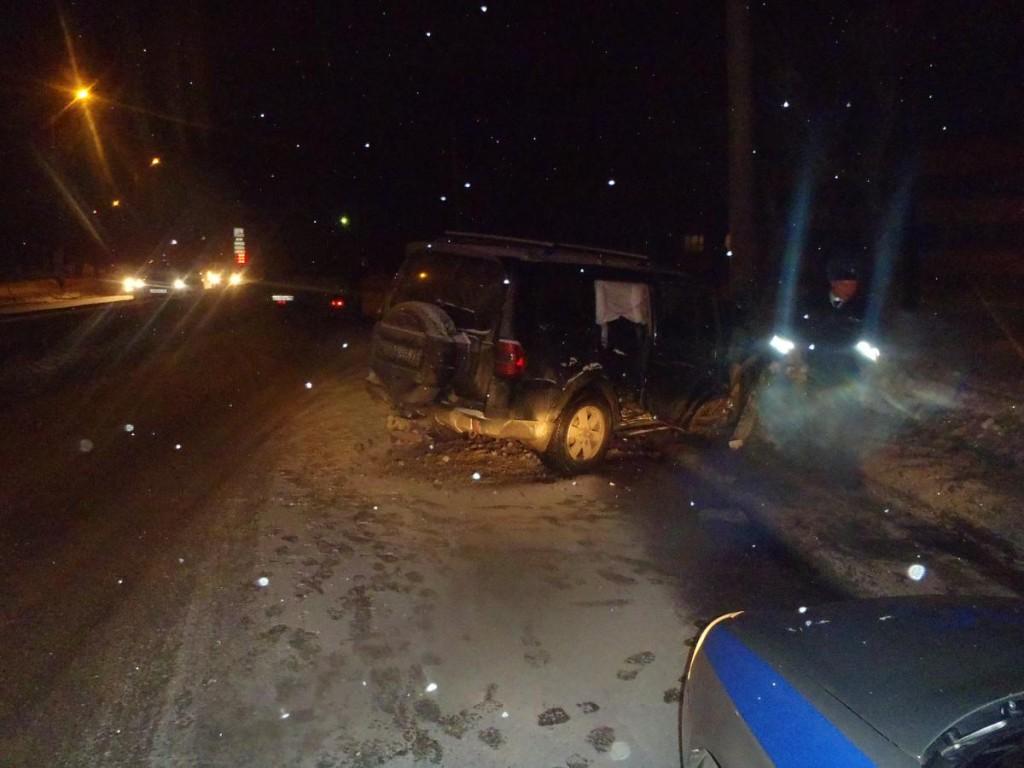 В Кирове водитель наехал на опору ЛЭП: пострадали два ребенка