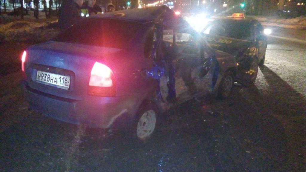В Кирове столкнулись «Лада» и «Тойота», автоледи в реанимации