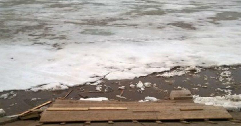 Ледоход повредил скамейки на нижней набережной