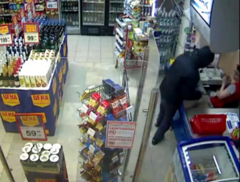 В Кирове грабитель напал на кассира с ножом