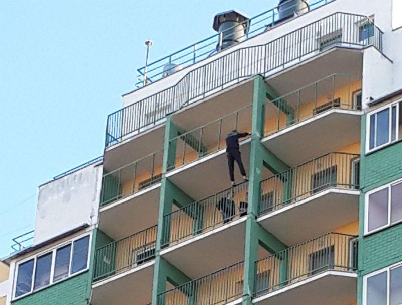 Подростки в Чистых Прудах перелазят через балконы и свисают на руках с крыш