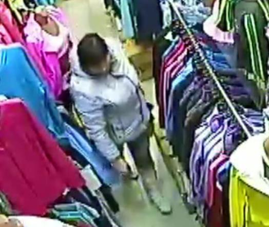 В Кирове разыскивают женщину, укравшую из магазина брюки и майку