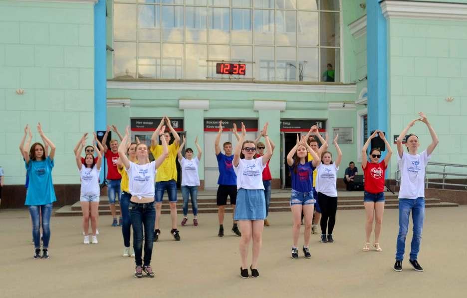 Необычный флешмоб провели кировские студенты у вокзала