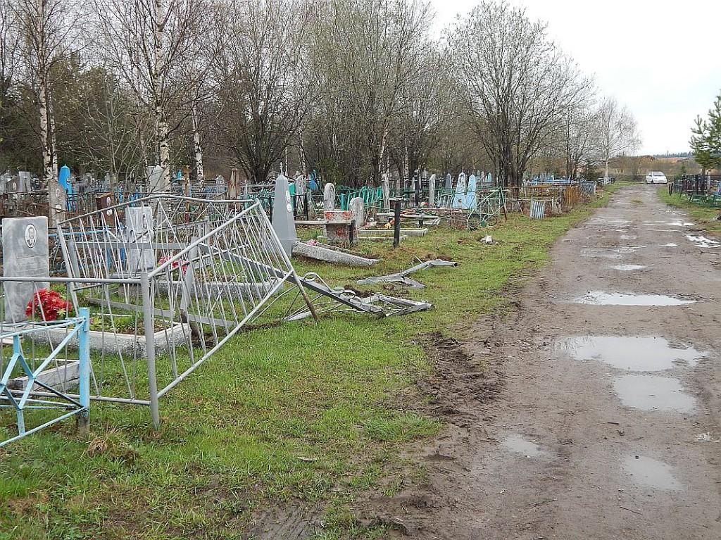 Пьяный водитель в Омутнинске прокатился по кладбищу и снес оградки