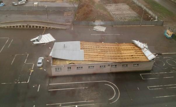 В Кирове ветром унесло крышу здания на автодроме