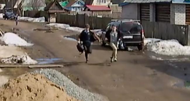 Устанавливаются личности подозреваемых в попытке угона (видео)