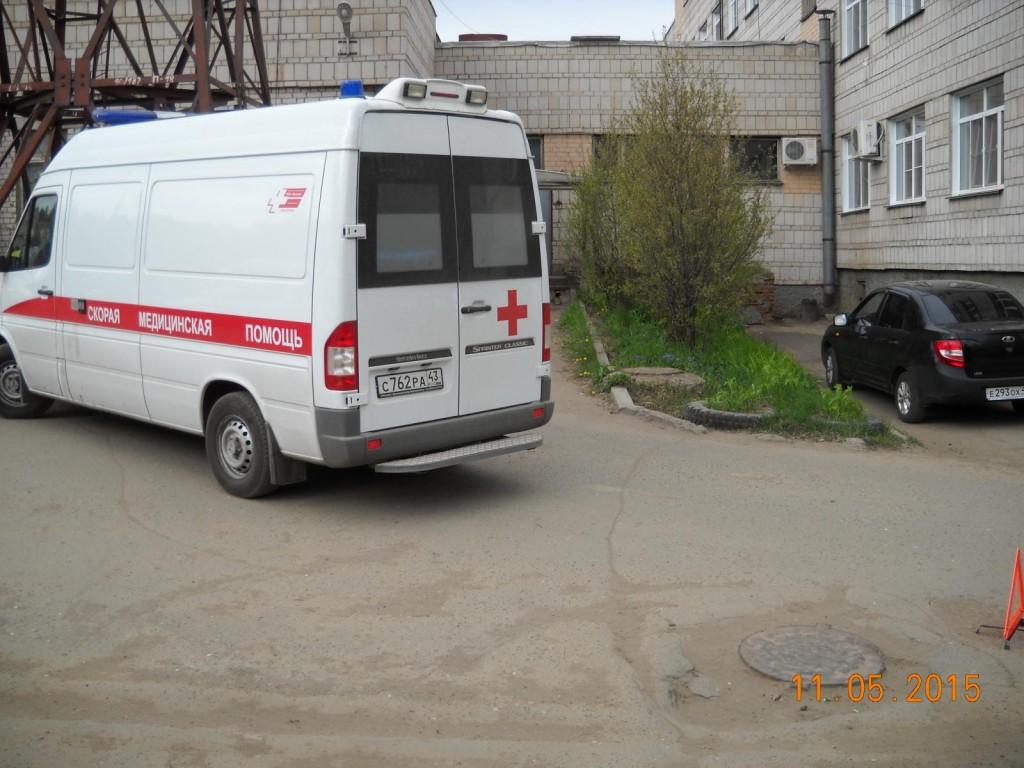 В Кирове карета «скорой» помощи сбила женщину