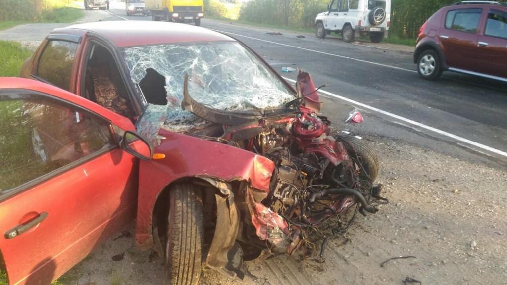 В Юрьянском районе «Калина» в лобовую врезалась в грузовик