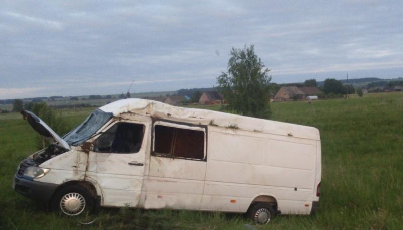 Микроавтобус вылетел в кювет на трассе в Кировской области
