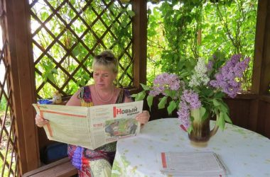 Женщина читает газету лето сад дача
