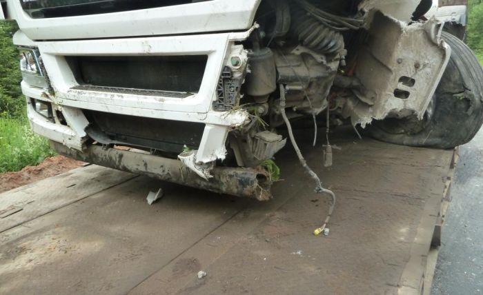 Дальнобойщик уснул за рулём и врезался в грейдер в Слободском районе