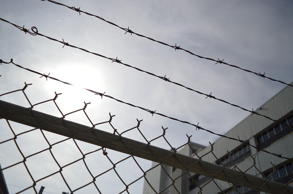 Заключённые глотают ложки и лезвия, чтобы попасть в больницу