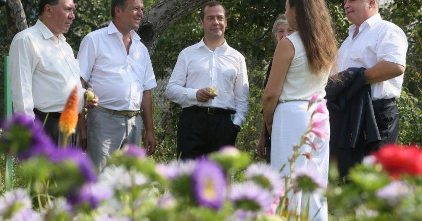 Медведев пообещал дачникам устроить и на их улице праздник